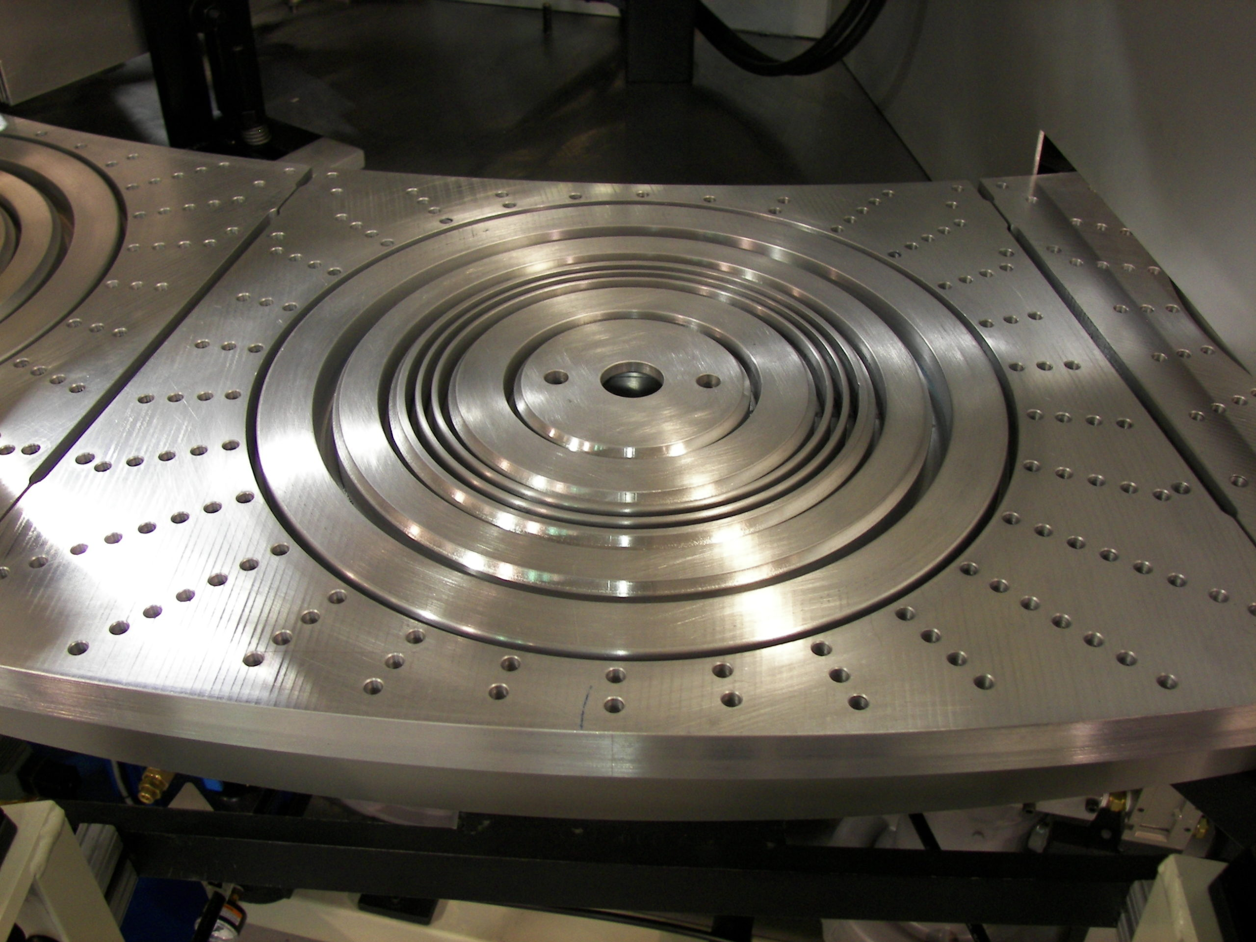 Lid tooling for multiple sized products